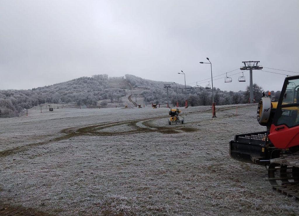 Tunurile de zăpadă de pe Pârtia Cocoș, pregătite pentru sosirea iernii