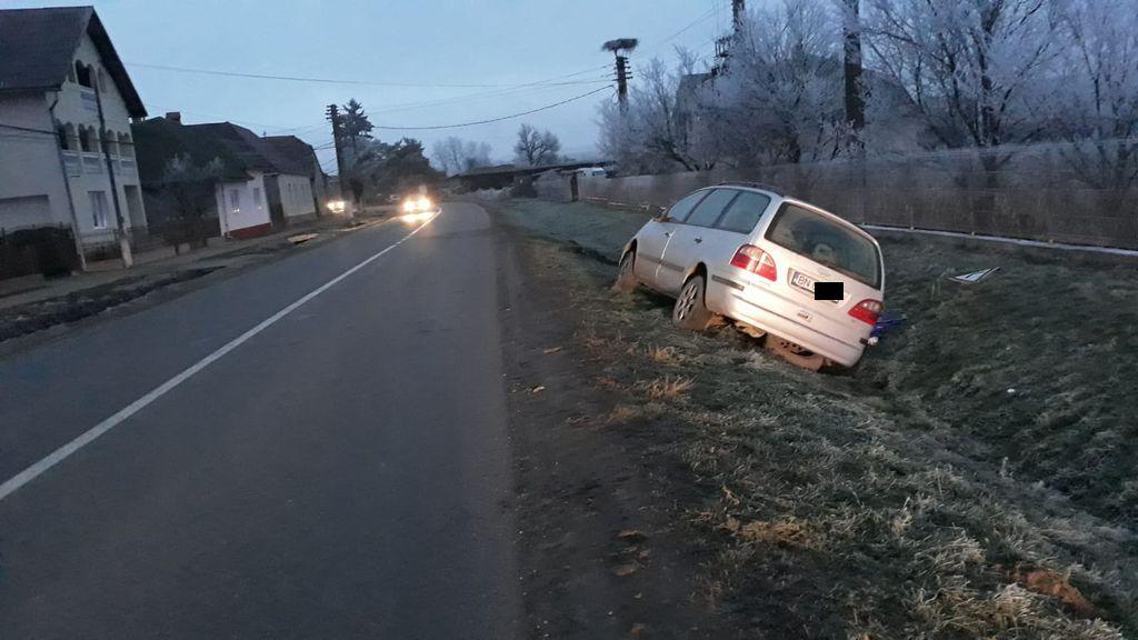 Din cauza poleiului, două  mașini au ieșit în decor pe DJ 154 Sărata – Monor. Accident la Sărata (FOTO)