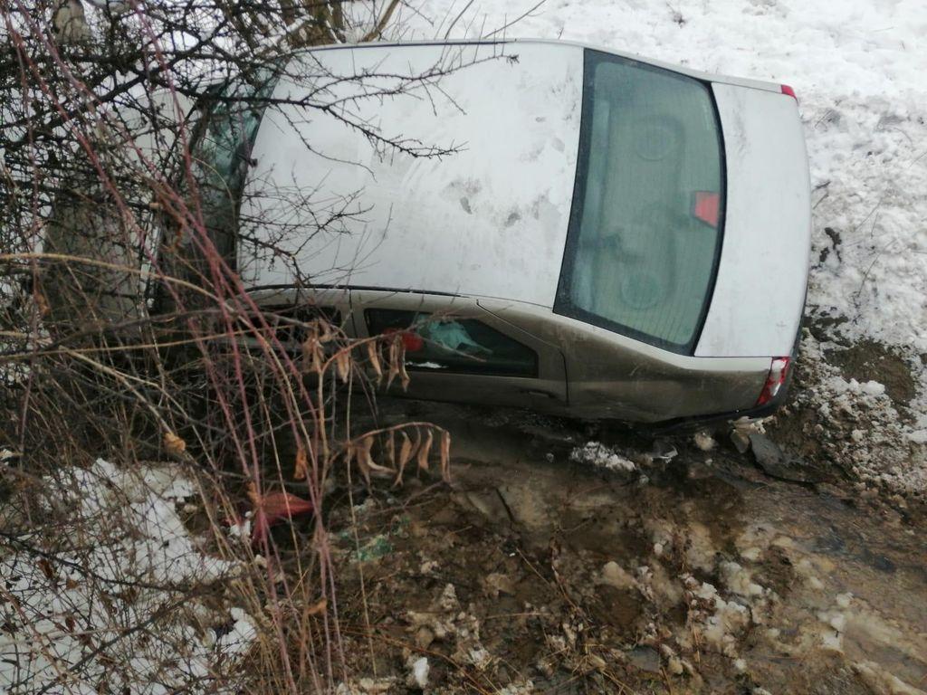 Accident la Jelna. Un tânăr de 18 ani a rămas fără permis, alt șofer a ajuns la spital (FOTO)