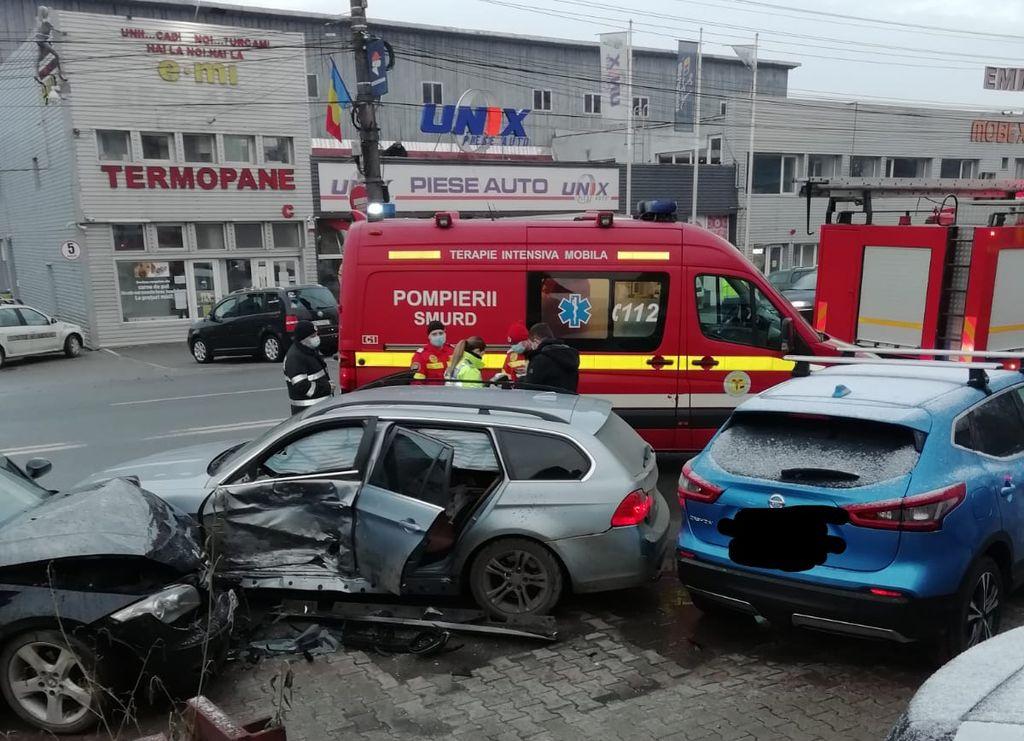 Accident pe strada Libertății din Bistrița. Trei mașini implicate. Un tânăr a ajuns la spital (FOTO)