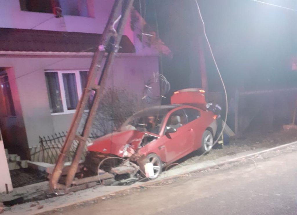 Mașină intrată într-un stâlp, la Cociu (FOTO)
