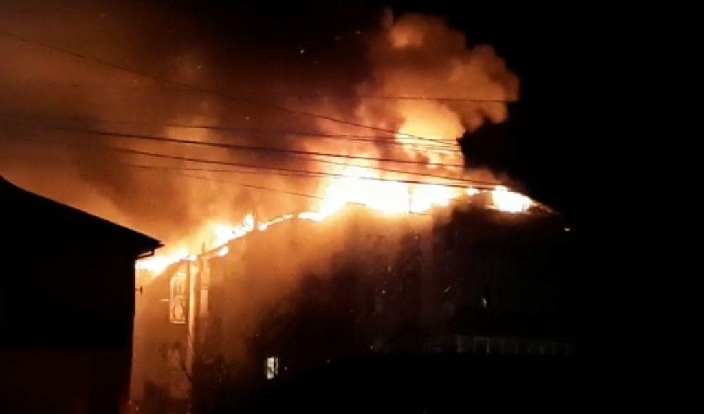 Incendiu puternic la acoperișul unui bloc din Rodna. 180 de persoane au fost evacuate (VIDEO)