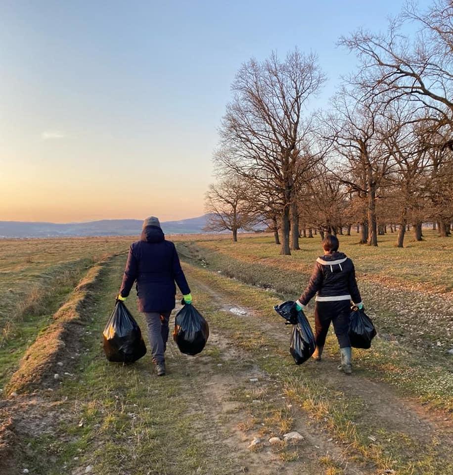 Două tinere au strâns gunoiul lăsat în urmă de cei care au fost să vadă laleaua pestriță