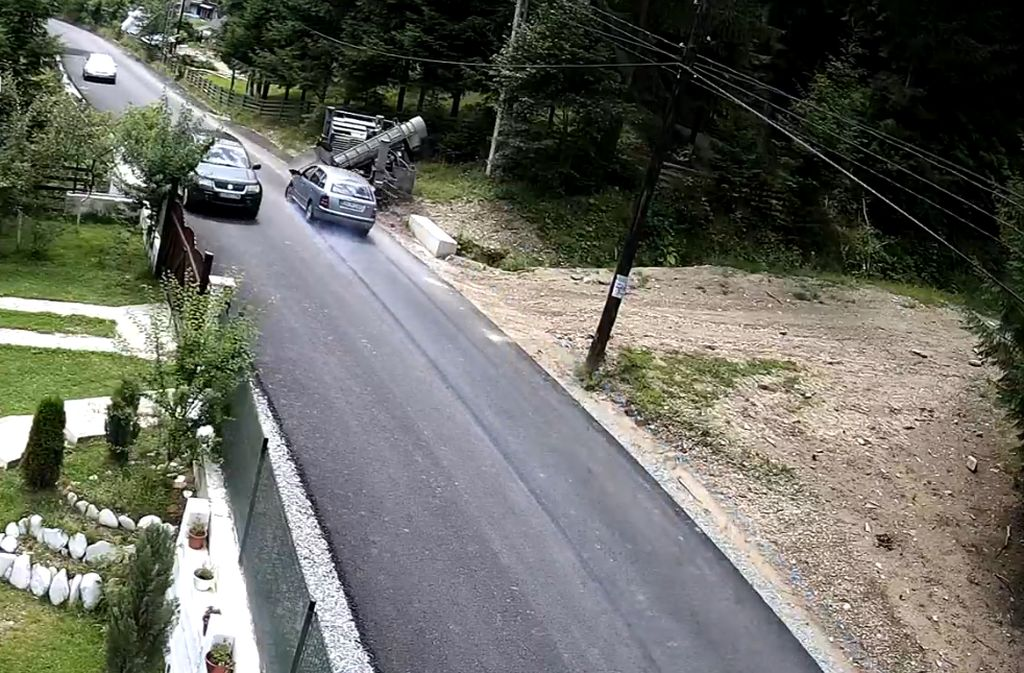 Drum de groază între Rodna și Valea Vinului. Momentul când o mașină se izbește violent de un obstacol (VIDEO)