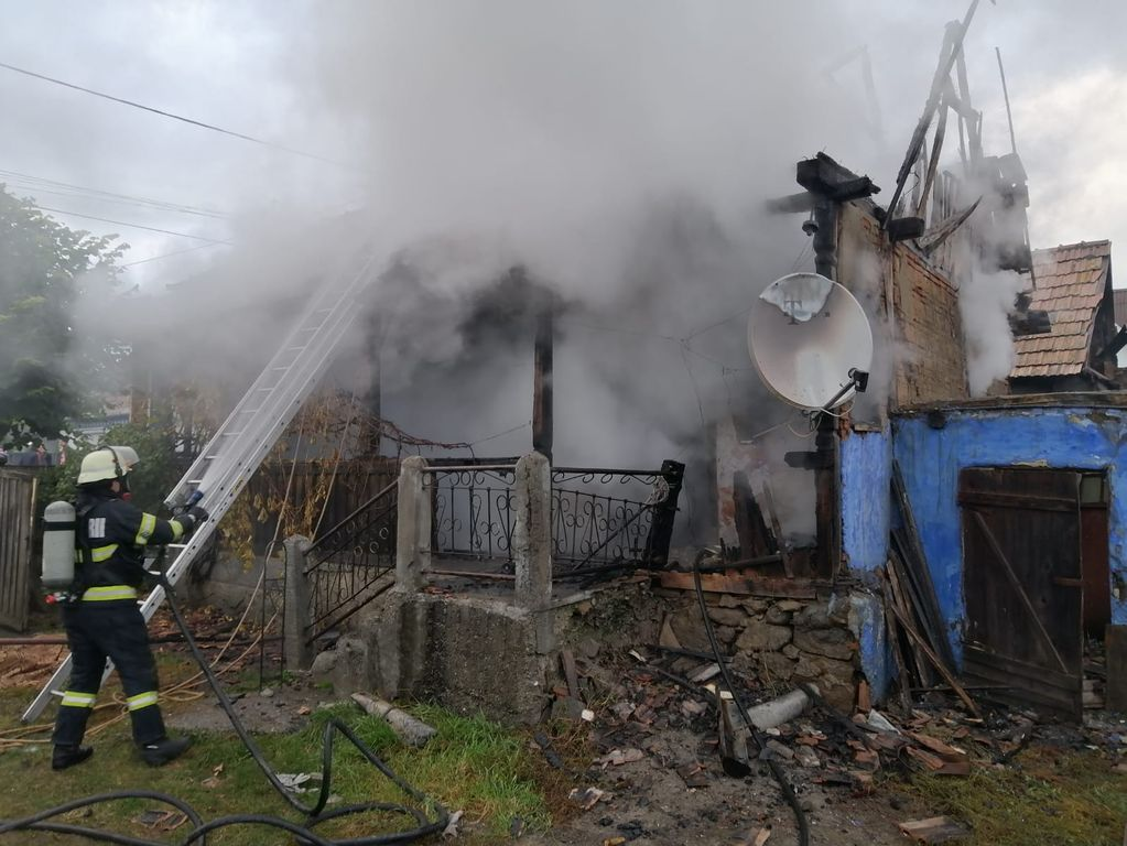 O femeie a murit într-un incendiu la Pinticu. Cine a încercat să o salveze